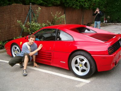 Yo junto a un Ferrari