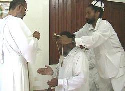 El M.H. Swami Atmo colaborando en la consagracion de su Cojerarca.