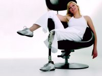 Vrlo atraktivna amputirka sa protezom noge