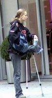 Devojka bez noge prosi na ulici