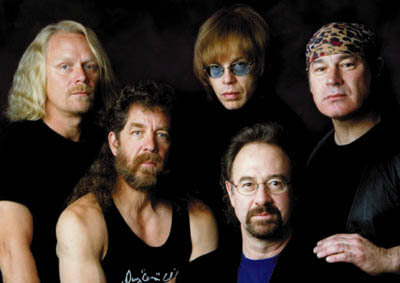 Steve Gunner, Doug 'Cosmo' Clifford, Tal Morris, Stu Cook e John Tristao formam o Creedence Clearwater Revisited.