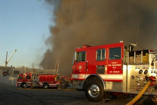 Winds kept large volumes of smoke at ground level. Photo by Orlando Ramos - LAFirePhotos.com