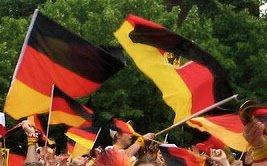 Deutsche Fans bei der WM veranstalten ein hübsches Fahnenmeer in schwarz-rot-gold. Vielen Dank an amazeman, dass er seine Fotos unter eine Creative-Commons-Lizenz gestellt hat.