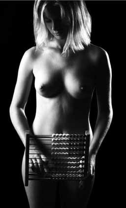 Eines der leider wenigen Nacktfotos von einer wirklich hübschen Frau. Aus einem Kalender von Bamberger Studenten, deren Website leider momentan nicht erreichbar ist. Wenn Einwände gegen die Benutzung auftauchen sollten, bitte ich, mit mir in Kontakt zu treten.