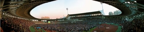 Panoramaaufnahme des Hexenkessels Charléty. Unter Abwesenheit der Mannschaften feuerten unzählige Fans diese an.