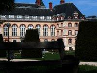 Eines der Häuser der Cité-U. Soweit ich weiß wohnt da niemand drin, aber die Wohnheime spielen zum Teil in derselben Liga!