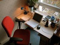 Roter Stuhl und Schreibtisch von oben