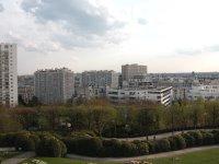 Ich frage mich, ob bei diesen Häusern der furchtbare Vorort-Look oder Ausblick auf Paris den größeren Anteil am Mietpreis ausmacht.