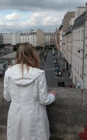 Dani blickt vom Viaduc des Arts auf eine der zahlreichen kleinen Seitenstraßen, die das Viadukt überquert.