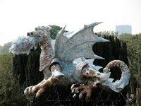Ein Drachenkunstwerk im Jardin des Plantes. In einem der Museen war gleichzeitig auch eine Drachenausstellung... könnte was miteinander zu tun haben. Leider kam man aber wegen IMHO übereifrig abgesperrter Bauarbeiten nicht direkt an den Drachen heran, sondern musste ihn durch Gitter betrachten.