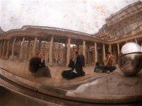 Das einzige Foto, auf dem wir alle drei zu sehen sind. Spiegelung in einem Kunstwerk des Belgiers Pol Bury, das im Innenhof des Palais Royals bei den Colonnes de Buren steht.