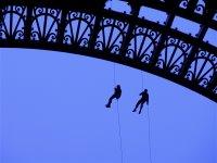 Ein Trainer und ein Schüler beim Abseilen vom Eiffelturm. Der blaue Himmel ist leider nicht so ganz original.