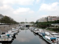 Blick über das Bassin de l'Arsenal auf den Place de la Bastille (Säule!) von einer Brücke aushttp://www.blogger.com/img/gl.link.gif, die wir auf unserer Odyssee nach unten überquert haben. Das Café ist rechts im Grünen versteckt.