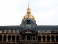 Die Kuppel des Invalidendoms vom größten der zahlreichen Innenhöfe von Les Invalides aus fotografiert.