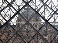 Der Louvre, fotografiert durch die Glaspyramide in seiner Mitte.