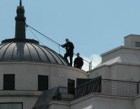 Gewehre habe ich keine gesehen, aber ich glaube nicht, dass die dunkel gekleideten Männer auf den Dächern standen, um die Show besser genießen zu können.