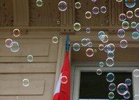 Es war glaub ich ein Hotel, an dem ein Seifenblasenproduktionsgerät hing. Lustige Idee :)
