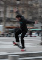 Skateboardfahrer auf dem Place de la Bastille im Sprung