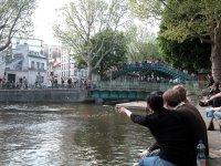 Zuerst auf das anrückende Schiff aufmerksam geworden sind wir durch die Menschentraube auf der Brücke über der Schleuse. Als die flachere Autobrücke dann gesperrt wurde, brauchte es drei immer energischer werdende Lautsprecherdurchsagen, um die Leute da wirklich runterzukriegen.
