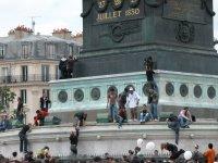 Die Säule auf dem Place de la Bastille wird wohl gerne von Leuten bestiegen. Naja, zumindest das Fundament. Feuerspucker waren auch wieder am Werk.