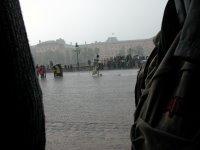 Nichtmal richtig Fotos machen konnte man, so nass war das überall. Einen Fotografen hab ich gesehen, der seine Spiegelreflex mit Riesenobjektiv ohne Regenschutz gemütlich durch den Wolkenbruch getragen hat. Vielleicht zahlt sein Arbeitgeber das Equipment.