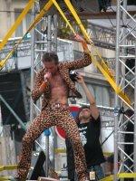 Der mutmaßliche Wampas-Sänger in seinem heißen Leopardenoutfit.