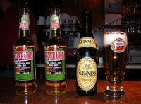 In Frankreich gibt es Guinness in Flaschen und Desperados (das übrigens aus Frankreich kommt) in Dosen. Letzteres zum Glück nicht in dieser Kneipe, sodass hier drei Flaschen Bier und ein Glas stehen, keine Dosen.