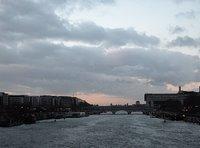 Vogelschwarm über der Pont de la Gare bei Bercy
