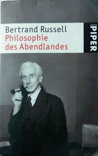 """Der Einband des im Artikel beschriebenen Buches. Russell wirkt etwas elitär-abgehoben, so pfeiferauchend wie er sich dort abbilden lässt und in der Tat wurde ihm von seinen Kritikern Nähe zur Aristokratie vorgeworfen. Auch wenn er das nie abstritt, ist seine Philosophie alles andere als aristokratiefreundlich (siehe auch """"The Praise of Idleness"""")."""