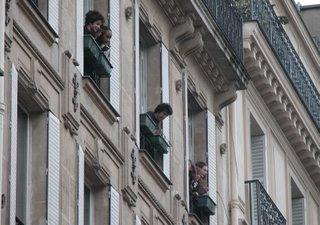 Einige Leute haben der Demonstration lieber von ihrem Wohnzimmerfenster oder Balkon aus beigewohnt.