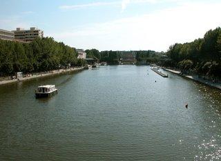 Sicht auf das Bassin de la Villette von der Fußgängerbrücke aus. Damit man nicht so wahnsinnig weit rennen muss, um von einem Kino zum anderen zu kommen, gibt es einen kostenlosen Fährbetrieb.