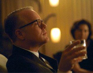 Philip Seymour Hoffman spielt Truman Capote, der sich hier selbst genießt.