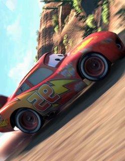 Hauptdarstellendes Auto Lightning McQueen fährt einen Steilhang hoch. Eigentlich brettert er ihn herunter, die Ziffern auf seiner Tür sind im Film auch nicht in Spiegelschrift und der Himmel oben im Bild ;)