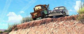 Mater und Doc Hudson gucken den Abhang herunter, den 'Stickers' im Bild zuvor unfreiwilligerweise heruntergedonnert ist. Man achte auf die Kondensstreifen, die die Form von Reifenspuren haben.