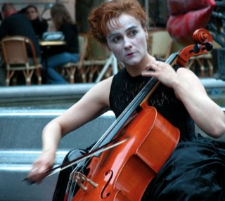 Die Cellistin war wie eine Pantomime geschminkt und hat auch entsprechende Mimik gezeigt. Sehr cool.