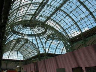 Das imposante Dach des Grand Palais von unten und innen. Natürlich erschließt sich hier nicht die enorme Größe.