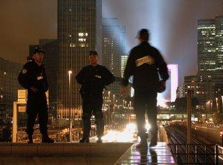 Die Polizisten waren mutiger als ich und haben sich direkt an den Rand über die immer noch stark befahrene Straße gestellt. Nass war es auch noch, aber sie wussten sicher, was sie da taten.