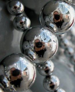 Damit keiner sagt, ich würde nur Florian aber nicht mich selbst zeigen: Hier bin ich gleich dreimal zu sehen. Makroaufnahme eines Kunstwerkes aus silbernen Perlenketten.