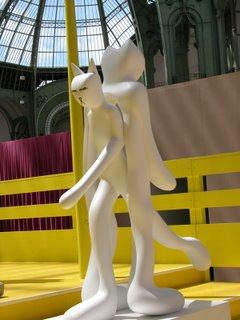 Könnte vom selben Künstler sein wie die Hitler-Katze. Eine Figur geht durch eine andere. Cool gemacht.