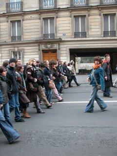 """Ich glaube diese Studenten kommen von der Sorbonne, zumindest haben sie manchmal gesungen """"Die Sorbonne gehört uns!"""" Auf jeden Fall haben sie gut Stimmung gemacht."""