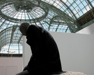 Und noch ein geiles Kunstwerk. Eine gut angezogene Herrengestalt sitzt auf einer großen Kugel.