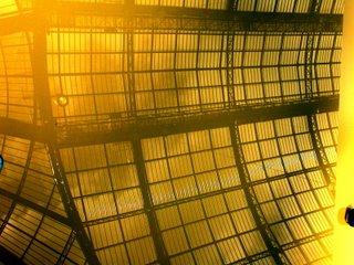 Das Dach des Grand Palais über die reflektierende Oberfläche eines gelben Kunstwerkes fotografiert. Im Nachhinein hab ich mir überlegt, dass ich doch hätte croppen sollen rechts. Aber das hab ich mir jetzt gespart. Letztendlich wäre ich eh überrascht, wenn sich das hier jemand anguckte.
