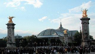 Der Grand Palais von außen, im Vordergrund die Pont Alexandre III.