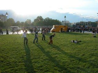 Plötzlich kam diese Gruppe von Jungs an und hat sich simultan ins Gras geschmissen. Spaß für ne Mark :)