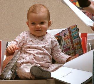 Aaaah, dieses Kind war so cool! Das hat in dem Buch rumgeblättert, als würde es wirklich darin lesen. Zu süß :)