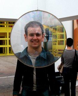 Florian durch eine herumhängende Linse fotografiert.