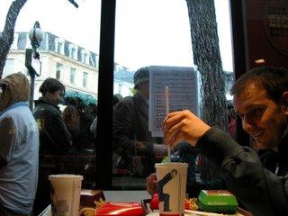 Heimelige Atmosphäre bei McDonald's: Florian macht sich grade im angenehmen Ambiente über seine Cola her, während draußen Wolken platzen und Menschen sich drängen.