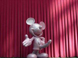 Mickey Maus mit einem Riesenständer. Sehr schöne Idee. Ich hätte ja offen gestanden gerne ein Foto von geschockten Eltern gehabt, die ihr dreijähriges Kind von dem Phallus wegzerren, aber die Eltern, die ich gesehen habe, hat das Ding gar nicht gejuckt. Verdammte aufgeklärte Gesellschaft ;)