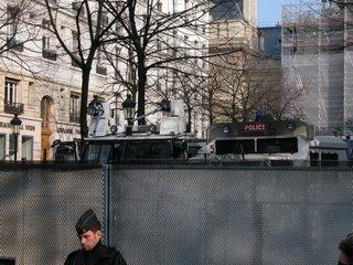 Zwei Meter hoher Zaun um den Place de la Sorbonne, auf dem schwer militärisch aussehende Polizeifahrzeuge stehen
