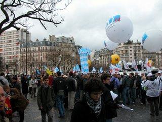 Überall große Ballons von Gewerkschaften, Parteien und sonstigen Leuten, die sich präsentieren wollten. Wir sind, um die Demo zu finden, sogar einem Regenschirm des Saturnäquivalents Fnac gefolgt, aber die Werbung war vermutlich eher nicht beabsichtigt.